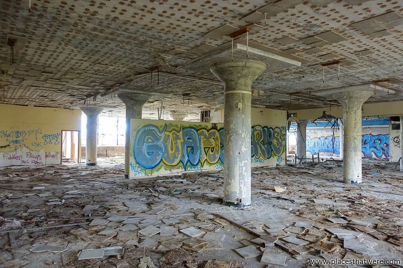 Fallen tiles and graffiti. more here: http://www.placesthatwere.com/2017/11/victoreen-instrument-company.html Architecture Graffiti Architectural Column Abandoned Eerie Urban Decay Ruined Creepy Decay Abandoned & Derelict Ruins Abandoned Building Urbex Abandoned Ohio Urban Exploration Abandoned Buildings Abandoned Places Abandoned Factory Cleveland Factory Building Tile Columns