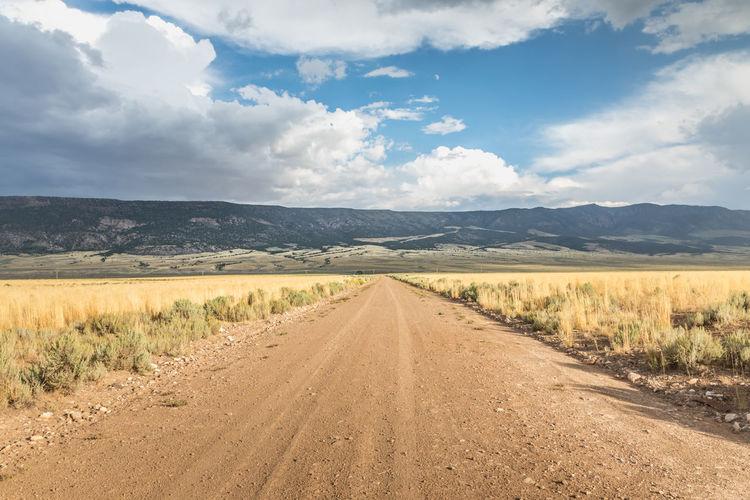 Ling straight dirt road in utah