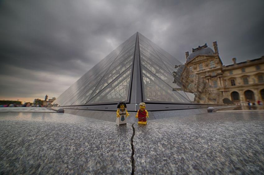 - Cézar ! - Oui Cleo j'appelle le maçon ! LEGO Pyramide Du Louvre Paris Toys