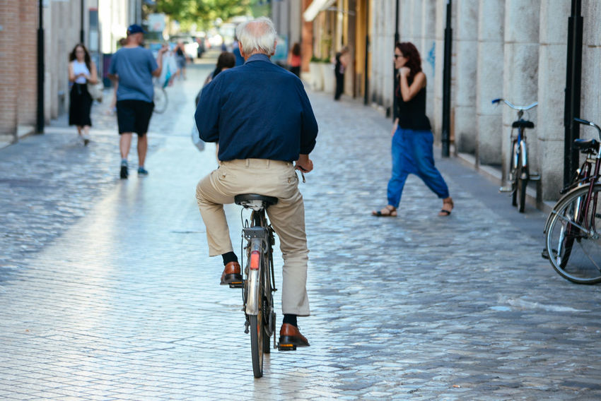 Casual Clothing Cycling Elderly Elégance Fashion Focus On Foreground Habit Health Healthy Italian Italy Lifestyles Men Older Man Outdoors People Person Physical Exercise Street Streets Style Summer Tourism Transportation Travelling