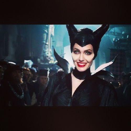 Maleficent Angelina Jolie Quá tuyệt vời, éo thể diễn tả được bằng ngôn ngữ gì khác. Đm xem xong về team chị ma lê luôn ~T_T~ phải nói là Jolie diễn hay lắm ấy ╮(╯_╰)╭ xem mà khóc mấy đoạn luôn, biểu cảm đến giọng nói rồi đẹp gái quá ko thốt lên đc :(((((( fml, thg chó vua, nó ko yêu chụy thì để em :((((( dù les là tội ác thế kỉ :((((((
