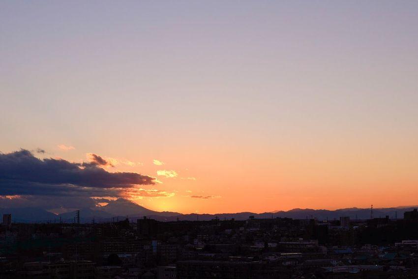 大晦日。今年を1日に例えれば、きっともう深夜ですね。また新しい日が昇ることを待ちながら、今は暮れていく日を眺めているような心持ちです。 Japan Mountains Sunset Hello World Clouds And Sky Snapshots Of Life Living Life