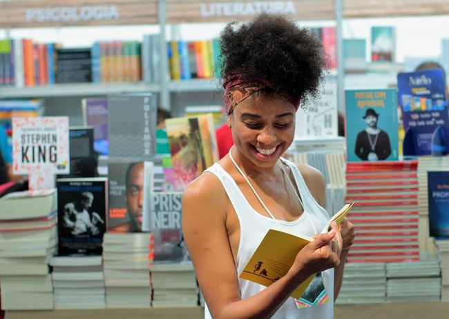 Afro Books Bookstore Afrohair Book Bookstagram Cheerful Curly Hair Front View One Person Smiling Women Young Adult Young Women