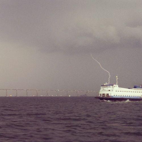 Quase 150 fotos com o celular pra consegui registrar um raio... Barça CCR BaiaDaGuanabara Ponte RioDeJaneiro Niterói Raio