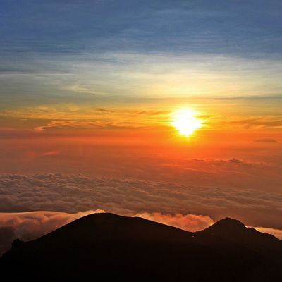Here's come the sun, upon the sea of clouds. Visitindonesia Exploreindonesia Merapi INDONESIA Thebeautyofindonesia Indotravellers Livewanderer Livefolk Sunrise Landscape Epicholiday Doyandolan Kerengan Amazingindonesia Silhouette