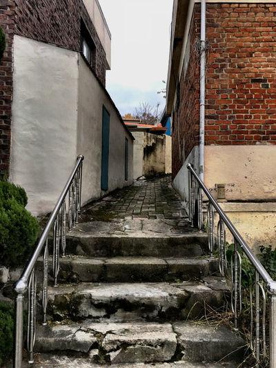 韓国 Korea Koreatown テジョン の 裏路地 Back-alley シリーズ09。路地の入り口に手摺があり、なんでか?と尋ねてみたら、奥に足の不自由なお婆ちゃんがいるからだそう。でも、金属製の手摺を設置するあたりが、韓国らしいと感じたり。^ ^ Streetphotography EyeEm Korea Architecture Stairs