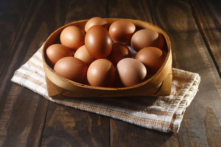 ovos caipira Food Food And Drink Egg Healthy Eating Freshness Table Wellbeing Still Life Brown Wood - Material Close-up Indoors  Raw Food No People High Angle View OVO Container Bowl Basket Napkin Large Group Of Objects Ovos Caipira