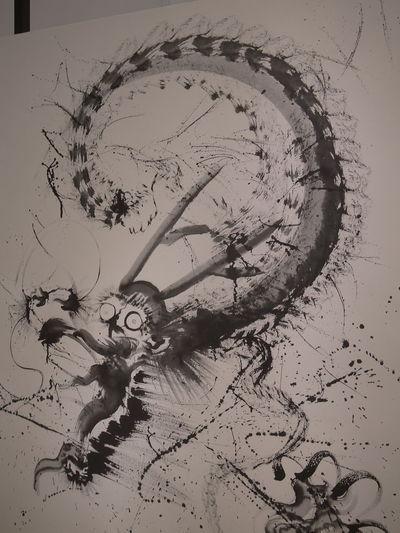 YouTubeで世界ニッポン行きたい人応援団って番組を見てたら、墨絵を書く人の作品がこの作品の感じに似てるなぁと思って調べたらその人の作品だった。龍 墨絵 Dragon Black And White Painting Ink Painting Art Exhibit Art Exhibition Asian Culture Art Appreciation Blackandwhite Monochrome Amazing Art Amazing Artwork 和のあかり✕百段階段展 和のあかり展