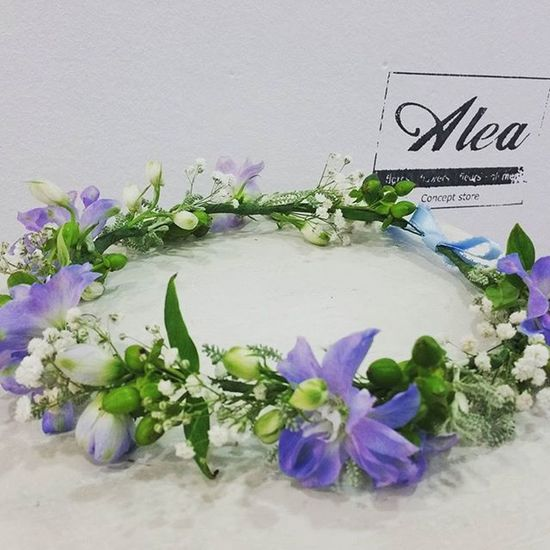 Bridal Crown with White and Blue flowers. Ribbon by La Mercería. Alea Flowers Bride Fleurs Fiori Blumen Corona Boda Novia Novias Blanco Vigo SPAIN Lovemyjob