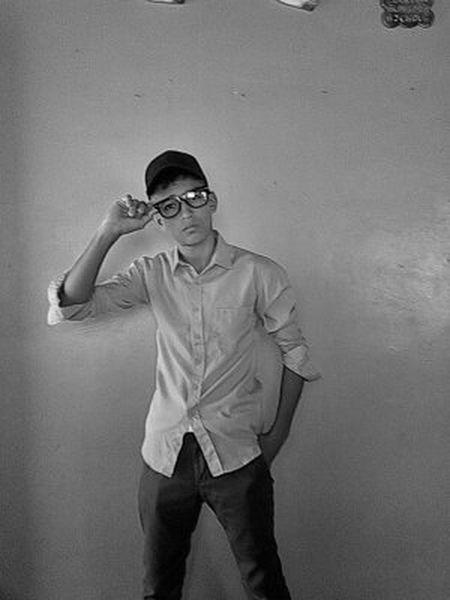 En Facebook Salgo Como Adrian Linarez Instagram Igual One Young Man Only Only Men Young Adult Adult Adults Only One Person People One Man Only Portrait Standing Studio Shot Human Body Part Anger Indoors  Day
