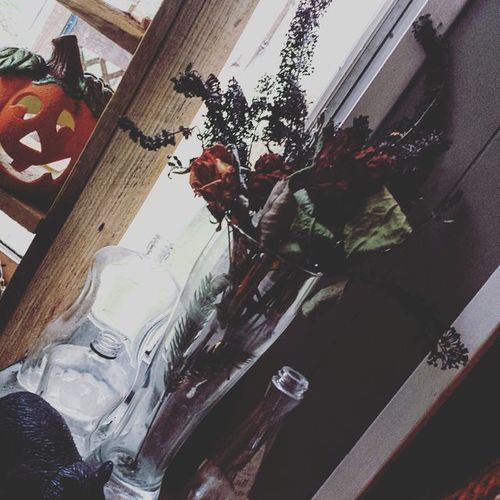 To me dried flowers go perfectly with decorating for Halloween and so do the cobwebs I never got down from ceiling.....❤🎃❤ Driedflowers Oldbottles Halloween