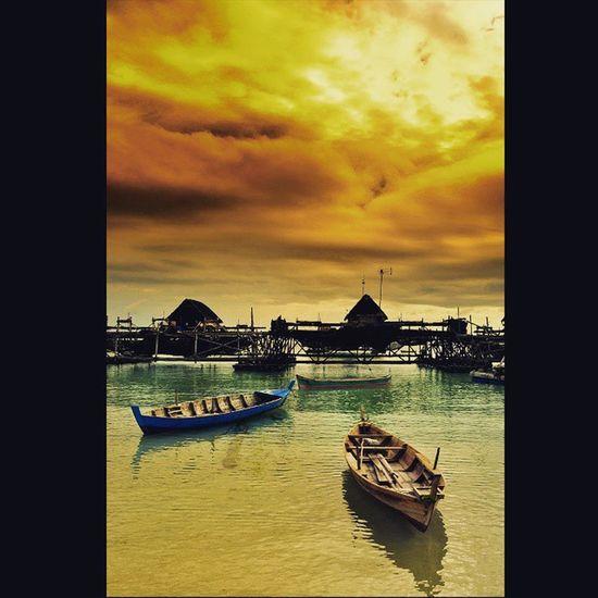 """Indonesia itu keren"", Alam di pagi hari yg tidak bersahabat dimana cahaya Sunrise di balut dgn awan cumulus nimbus yg siap mencurahkan air hujan, dgn beberapa buah kelong penangkap ikan bilis (sebutan ikan teri di masyarakat melayu) yg baru pulang dari melaut yg melatarbelakanginya , lokasi masih di Pantai Trikora desa Malang Rapat Kab. Bintan Provinsi Kepulauan Riau @lingkarindonesia LingkarIndonesiaChallenge Lingkarindonesiagiveaway Viewerscorner Cameraindonesia Indonesiajuara Officialtrans7 InstaMagAndroid Godiscover Wonderfullkepri Wonderfulindonesia Bestpartofindonesia IndonesiaOnly Indonesia_photography Ig_nesia Photooftheday Thephotosociety Squaredroid"