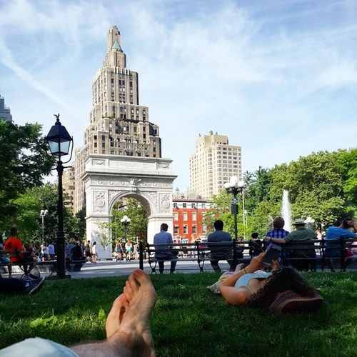Мое первое фотоног =) в NYC Потрясающий парк, живая музыка, фонтан, люди валяются на травке, уже 3й раз сюда прихожу)) Newyork USAtrip Washingtonsquaregarden WSQ