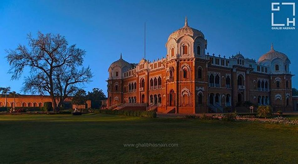 Darbar Mahal , Bahawalpur The Darbar Mahal is a historic fort located in the Pakistani city of Bahawalpur; this city is deeply rooted in Asian history and is considered to be one of the most important trade and cultural centers in local history. The Mahal itself is under the control of Pakistan Army, but its grounds are a popular tourist attraction; since they provide proximity and excellent view of the architecture that resembles that of the ancient Mughalai Forts, and is on par with the typical fusion of East Indian and Arabic architectural techniques that were prevalent in the subcontinent during the 1800s. Darbar Mahal Bahawalpur Pakistan Beautifulpakistan Sunset Beautifullight Ghalibhasnain Mughals Royal Magicallight Ghalibhasnainphotography