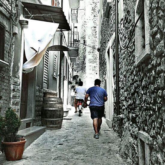 Средневековые каменные улицы юга Италии. Италия Средневековье Medievale камень каменные улицы мостовая прохожий