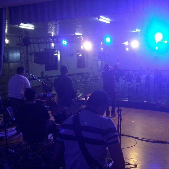 Agora em Mirassol cantando a música Detalhe com a banda @santfixe