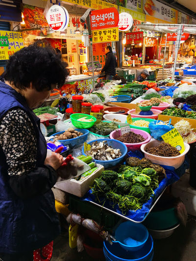 ここはナムルの材料を売っていて、好みの野菜と選んで量を指定すると、その場でごま油やスパイスらしきものを混ぜて、作ってくれる。もちろん、材料だけを単品で買ってゆく人も多い。量次第だけれど、基本500円以下。 Foodporn Market Korean Food Koreatown テジョン Korea 韓国 EyeEm Korea 나물