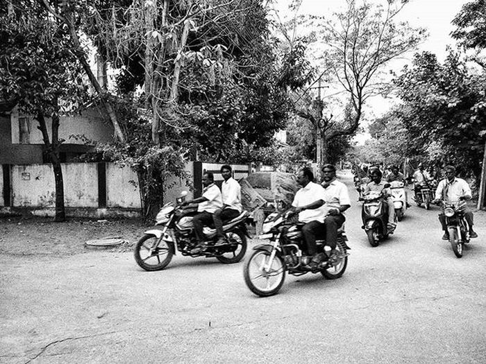 Urban wilderness of aimless souls. Saw this batch of people comprising of about 100 people on a loose count. Campaigning for the upcoming elections in Hyderabad. Impulsively carrying the campaign to the streets. Incessant honking is just a part of it to grab attention which they eventually did. P.S: I've grey scaled this image for my own safety. Urbandairy Urbanacupuncture HelloHyderabad Sohyderabad