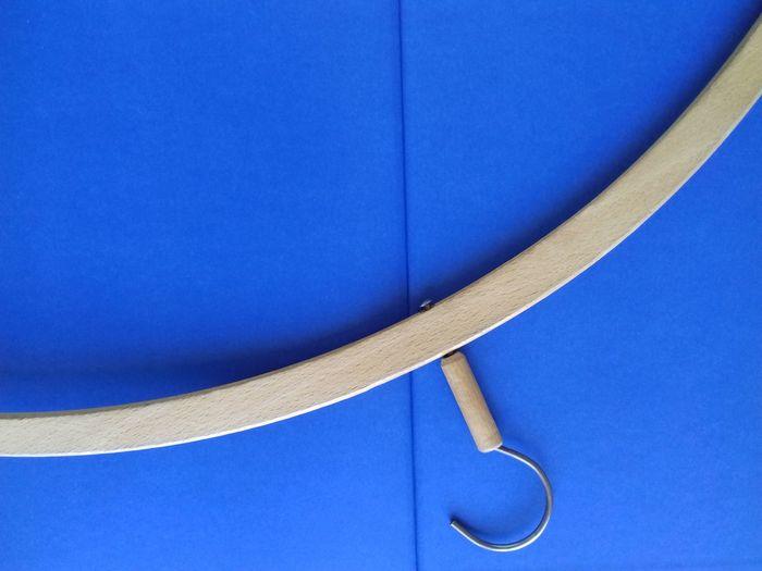 die Sache hat einen Haken Ausmisten Wegwerfen Wegwerf-Kultur Abhaken Kreissegment Haken Curve Curved  LINE Line Of Beauty Schwung Kleiderbügel Zum Aufhängen Aufhängung Blue Backgrounds Textured  Full Frame Close-up Wooden