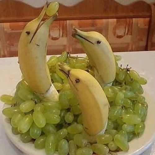 Aclik basina vurunca cani sıkılan insanlar bilirim ben... Yaratici Yemek Meyve Food fruit instafood cteative humor komik ramadan ramazan yunus uzum muz banana dolphin grapes