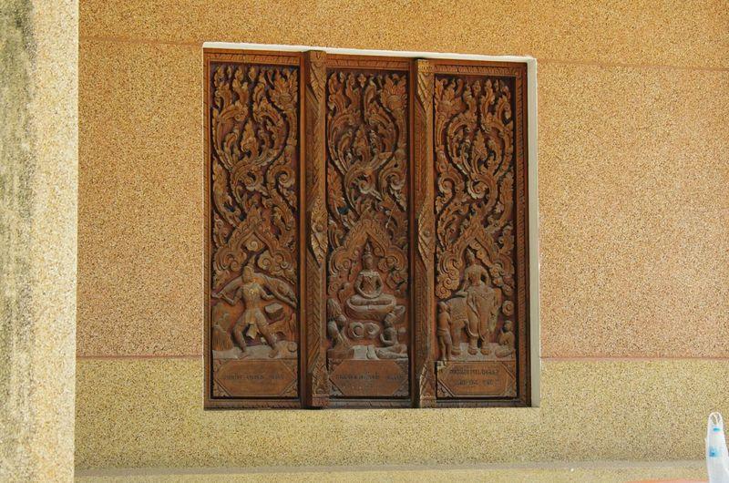 ภาพสลักบนหน้าต่าง น้ำตาล สีน้ำตาล ผนังปูน หน้าต่าง ประตู แกะสลักไม้แบบไทยๆ แกะสลัก ลวดลายไม่ สี่เหลี่ยม EyeEm Selects Pattern Door Close-up Architecture Building Exterior Built Structure