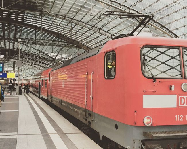 Zug Train Driving Home For Christmas Lokomotive Rot Regional Bahn Bahnhof Hauptbahnhof Berlin Deutsche Bahn DB Menschen People Einsteigen Bitte