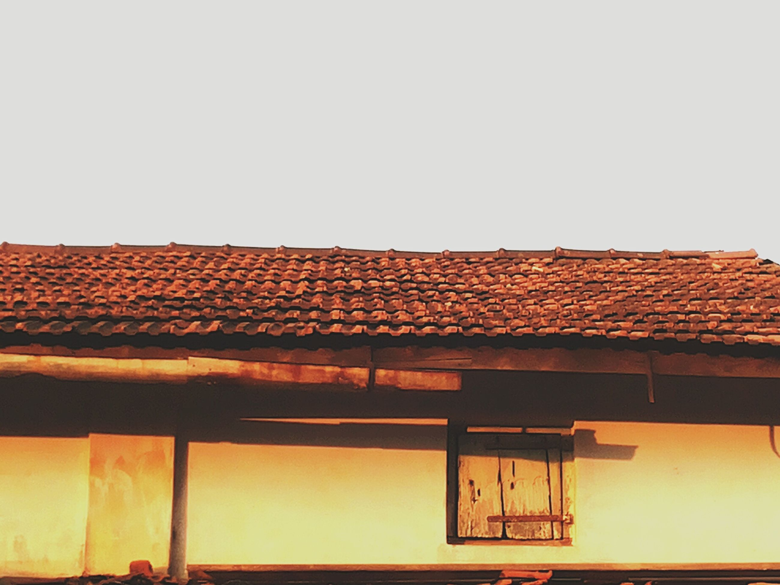 architecture, building exterior, built structure, clear sky, roof, house, copy space, residential structure, residential building, low angle view, window, building, high section, exterior, outdoors, roof tile, day, balcony, no people, sky