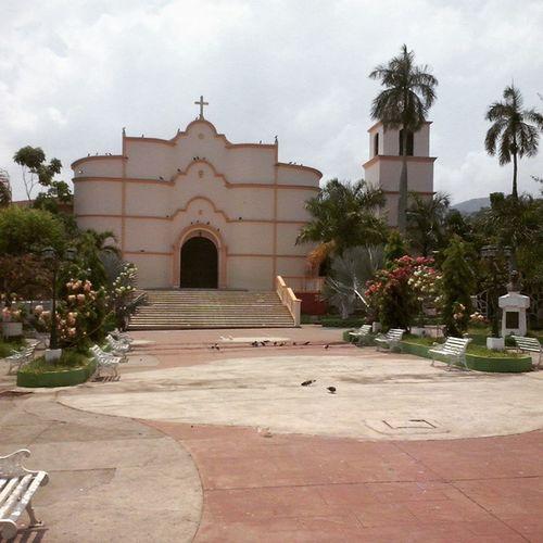 Parque de Jucuapa Usulutan a la derecha el busto de ManuelEnriqueAraujo Misviajes