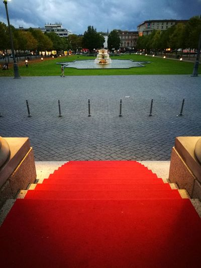 Kurhaus Wiesbaden, Bowling Green VIP V.I.P. No People Treppe Eingang Portal Stairs Roter Teppich Red Carpet Evening Abend Theaterabend Theater Anlaß Event Wiesbaden Hessen Kurhaus Bowling Green Red Carpet Red Color Important Step Water Outdoors Architecture