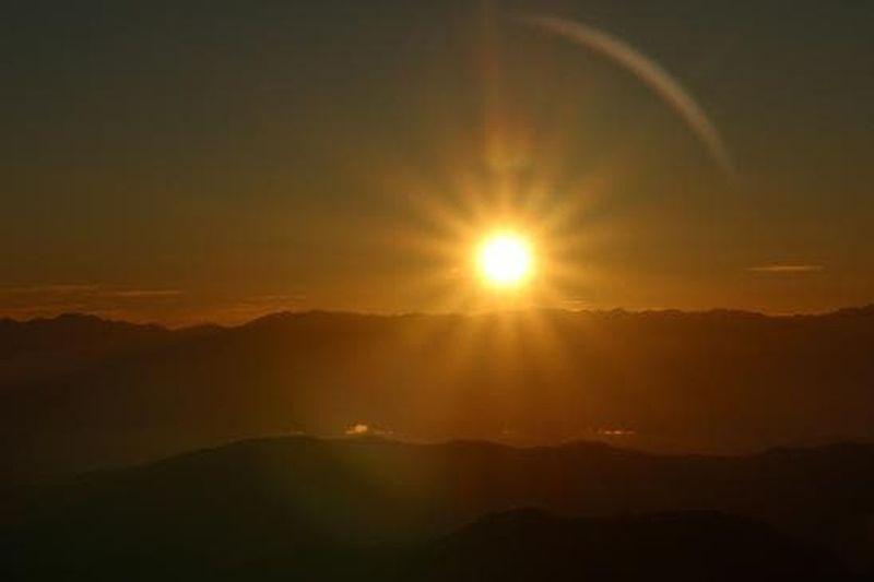 日の下に 命は生まれ 命は育まれ 命は謳歌す 共に澄みし 共に輝きて 日の出 白山 登山 山 Sky Beauty In Nature Beautiful Mountains Mountain Sunrise_sunsets_aroundworld Sunrise Sun Beauty In Nature Scenics - Nature Sky Tranquility Sunbeam Sunlight Nature Mountain Outdoors Orange Color Landscape No People