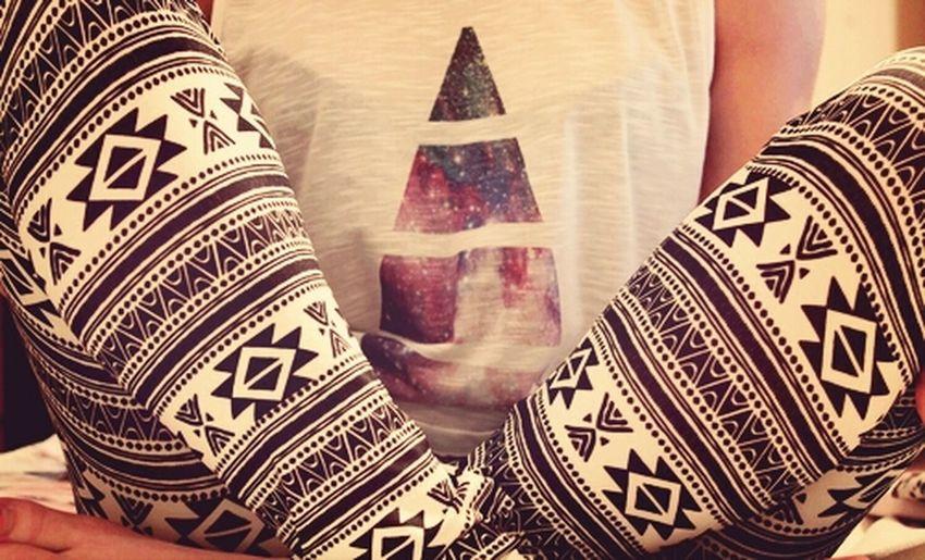 Teeshirt#galaxy#illuminatie#and#a#legging#aztèque.