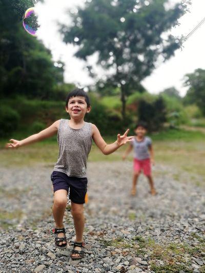 Felicidad Shildren EyeEm Selects Full Length Childhood Friendship Boys Happiness Smiling Playing Girls Males