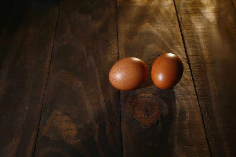 ovos caipira Food Food And Drink Egg Healthy Eating Freshness Table Wellbeing Still Life Brown Wood - Material Close-up Indoors  Raw Food No People High Angle View OVO Two Objects Animal Egg Fragility Vulnerability  Vegetable Wood Grain Ovos Caipira