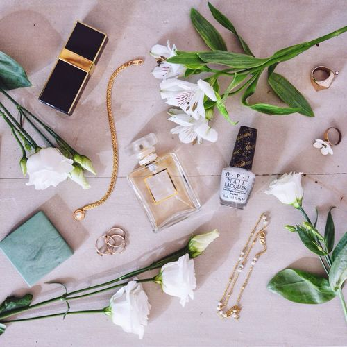 My favorite whites and my favorite golds. Fashion From Above  Things Organized Neatly Fashion Accesories Women's Accessories White Roses Jewlery Jewls Perfume Girly Beauty Products Cosmetics Style Fashion&love&beauty Pastel Power