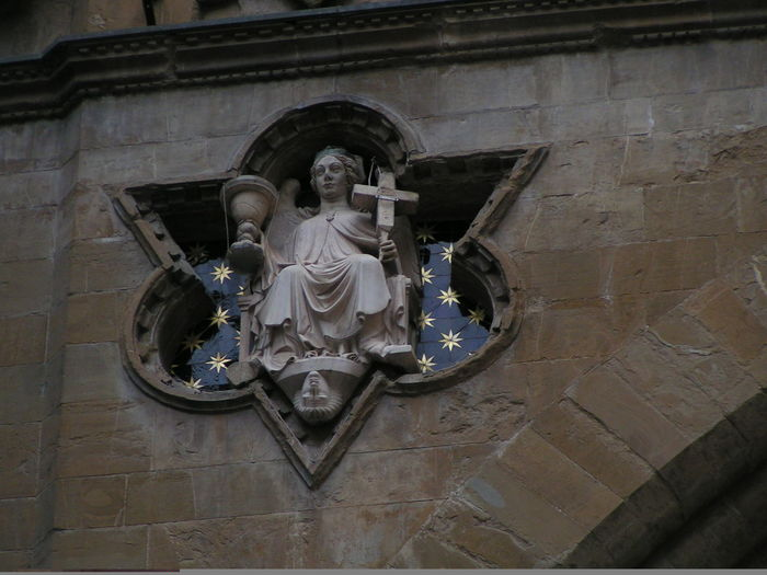 costruzione di dettagli a Firenze Building Front Catholic Cross Angel Architecture Art And Craft Building Detail Building Exterior High Relief History Low Angle View No People Religion Sculpture Spirituality Stars Statue Travel Destinations