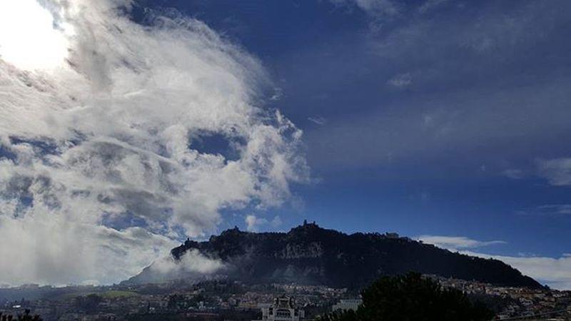 Ci liberiamo delle nubi! 😃😍Sanmarino Repubblicadisanmarino Republicofsanmarino Montetitano Clouds Clouscape Italia Italy Visitsanmarino Emiliaromagna Ig_italy Paesaggioitaliano Landscape Landscape_lovers Picoftheday Instamoment Instagood Noeffect Nofilter Beautiful Sky Skycloud
