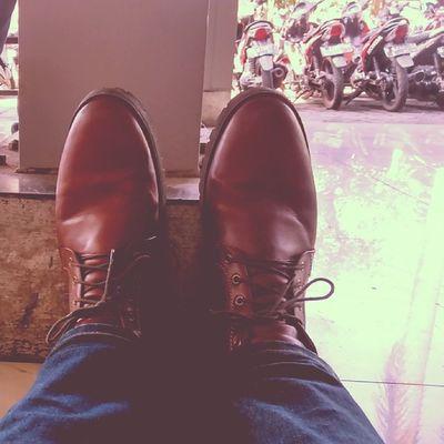 Waiting... Brown Leather Boots Exploreitenas kampusoranges