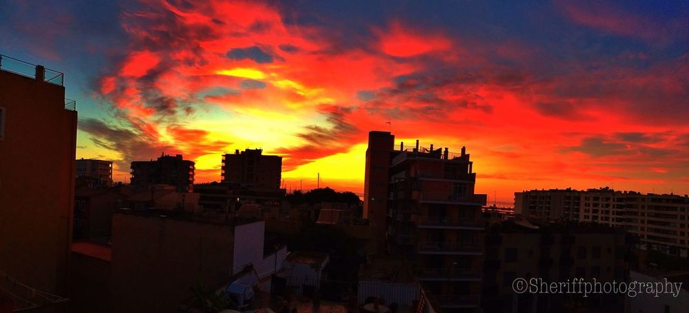 Buenos días !!! Mi vista al despertar y comenzar la semana , feliz semana!!! Tadaa Community Sunset Sky Is On Fire Urban Landscape