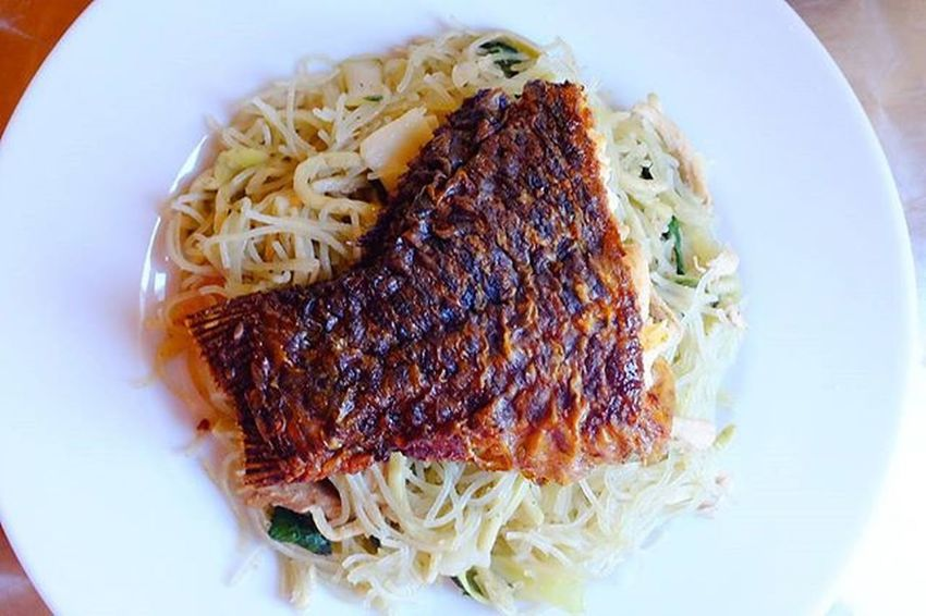 Malunggay pancit with fried tilapia for lunch! Hungrylittleasiangirl X100t X100tfujifilm