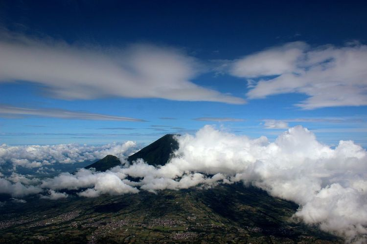 Scenic view of mount sundoro amidst clouds against sky seen from mount sumbing