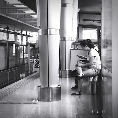 文艺重庆 | 044 Iphone6plus One Person Sitting Indoors  Real People Side View Emotional Stress Lifestyles