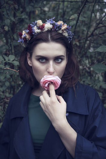 Adult Only Women One Person One Woman Only People Beautiful Woman Young Adult Looking At Camera Forest Young Women Women Day Beauty Women With Flower Portrait Flower Pretty Girl Girl With Flower Flower Flower In Mouth Beauty In Nature