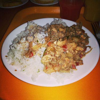 Almorzando Pollo Agridulce en Homecenter LaReina me hace falta mi @patriciocofre87