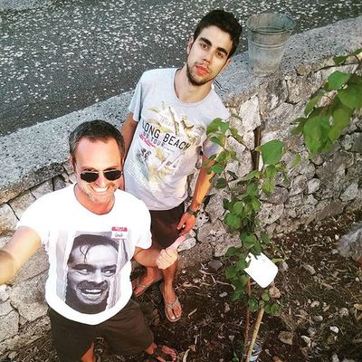 I and my brother in law (the artist Andrea Sassanelli) we plant an apricot tree. And I can add it to my list of things. Plant a tree: DONE. This is life. Countrylife Green Plants Nikeplus Runnering Paolograssi Webseries Iliveinamovie Contadini Vitadicampagna Artistic