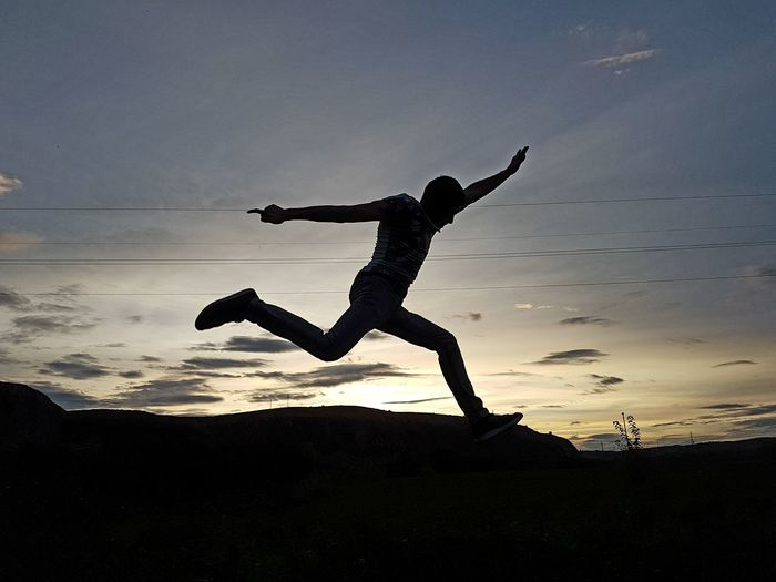 Saltando montañas Silhouette Only Men Jumping One Man Only Motion One Person Full Length Sport People Adult Adults Only Healthy Lifestyle Outdoors Sunset Sky Human Body Part Day Athlete Young Adult Sportsman EyeEmNewHere