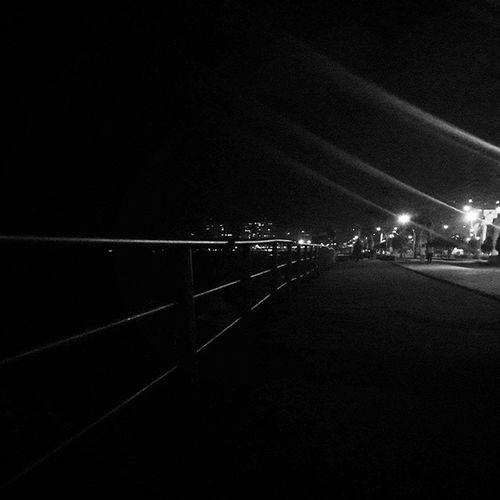 Uzun uzadıya giden bir sahilin,denizin tuz kokusu eşliğiyle,liman kentine çöken bu derin karanlığın tatlı bir hüznü var üzerimde. Ama hoş bir hüzün bu. Kulağındaki müziğin,yaşadığın ana kattığı soundtrack etkisiyle,eskilere; henüz eskimeyenlere özlemi arttırıyor bu sakinlik. Mersinsahil Karanlığınhüznü Anlamsızaforizmalar Kulağımdakişarkı