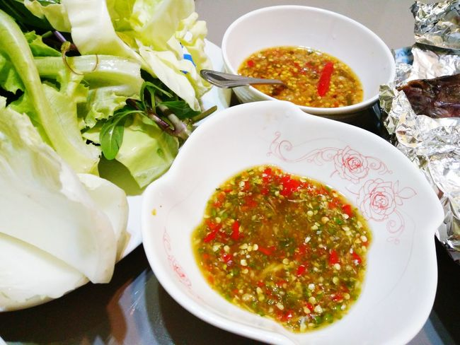 Food And Drink Healthy Eating Food Freshness Ready-to-eat Indoors  Bowl No People Plate High Angle View Table Serving Size Indulgence Close-up Day เมี่ยงปลาเผา ส้มตำแซ่บๆ น้ำพริก