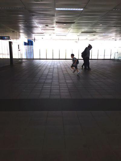 奔向廁所的男孩 Taoyuan Airport Mrt Boy Real People Adult Group Of People Lifestyles Men Full Length