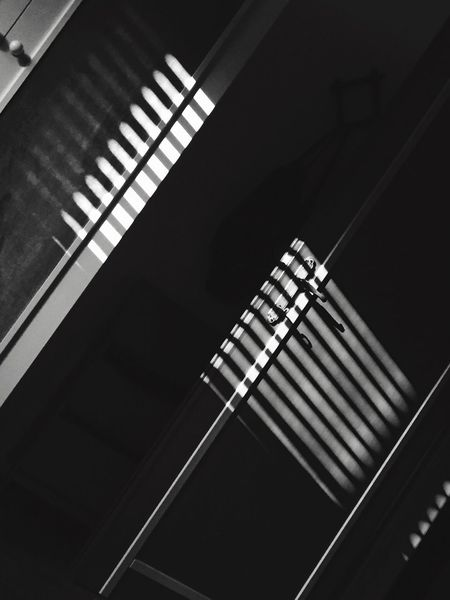 Bianco e nero Indoors  Low Angle View Pattern No People Architecture Day Close-up Foto Biancoenero Porta Sun Riflesso Blackandwhite Ombre Fotografia -CM