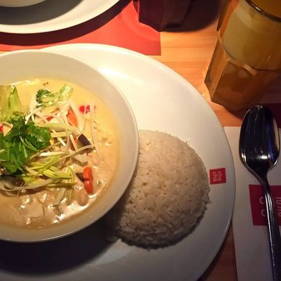 Green Chicken Curry ? Asianfood Thaifood Greenchickencurry ChaCha düsseldorf foodpic foodshare foodstagram foodism foodgasm foodoftheday delicious delish healthyfood cleanfood cleaneating clean delicious